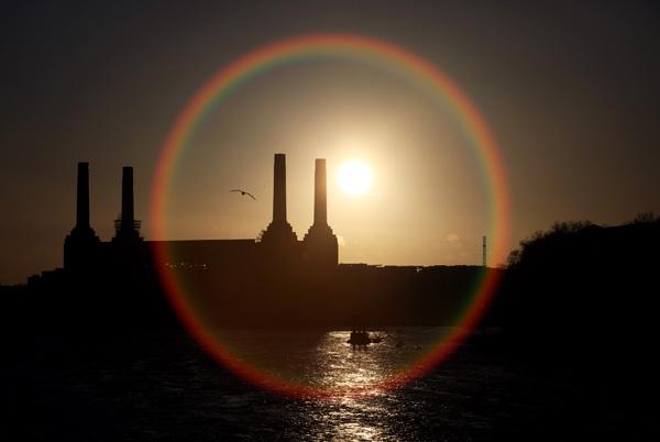 Лондон. Закат над выбывшей из эксплуатации старинной электростанцией Battersea. Фото: Oli Scarff/Getty Images