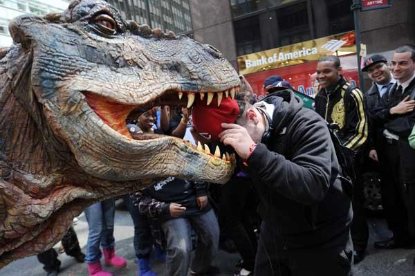 Нью-Йорк. Тираннозавр пугает прохожих. Некоторые не боятся. Фото: STAN HONDA/AFP/Getty Images