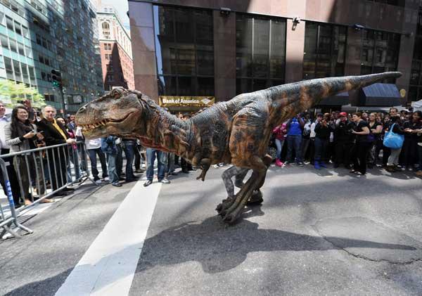 Нью-Йорк. Тираннозавр пугает прохожих. Фото: STAN HONDA/AFP/Getty Images