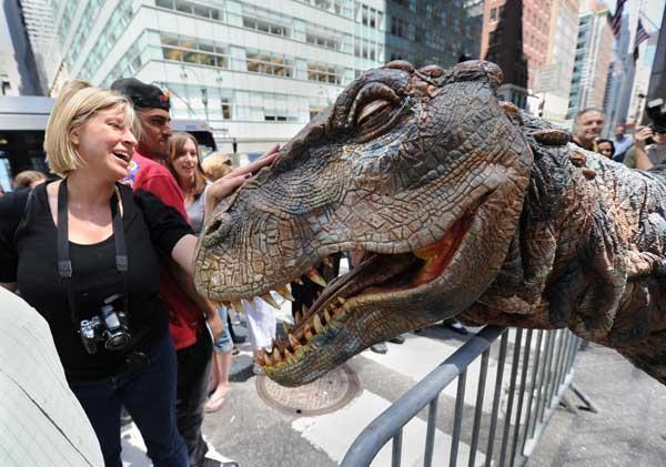 Нью-Йорк. Тираннозавр пугает прохожих.Некоторым даже нравится. Фото: STAN HONDA/AFP/Getty Images