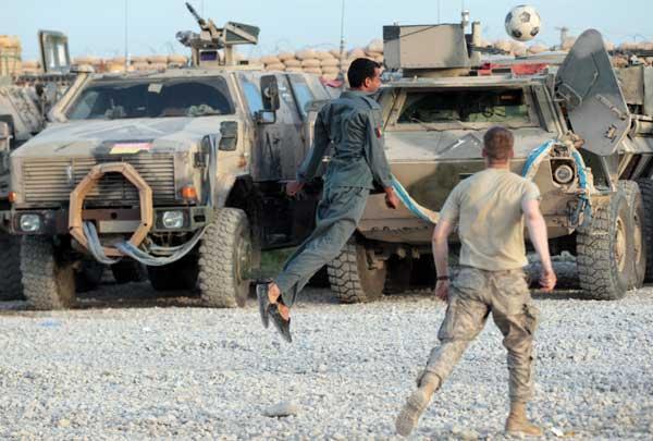 Афганские полицейские играют в футбол с солдатами Бундесвера. Фото: Miguel Villagran/Getty Images