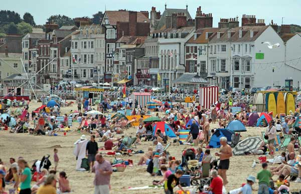 Англичане наслаждаются летней погодой на берегу моря в Уэймуте, Англия. Фото: Matt Cardy/Getty Images