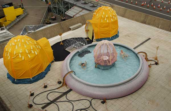 Пловцы в бассейне на крыше – художественном произведении бразильского художника Эрнесто Нето. Фото: Peter Macdiarmid/Getty Images