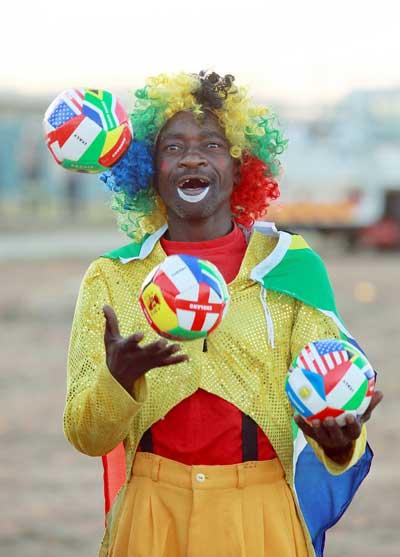 Клоуны и футбол. Фото: Getty Images