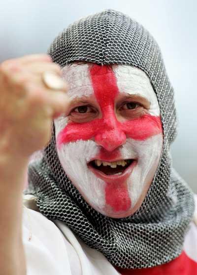 Фанаты футбола из разных стран в боевой раскраске и наряде. Фото: Laurence Griffiths /Getty Images