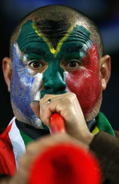Фанаты футбола из разных стран в боевой раскраске и наряде. Фото: Alex Livesey /Getty Images