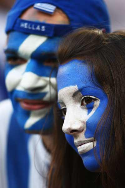 Фанаты футбола из разных стран в боевой раскраске и наряде. Фото: Jamie McDonald /Getty Images