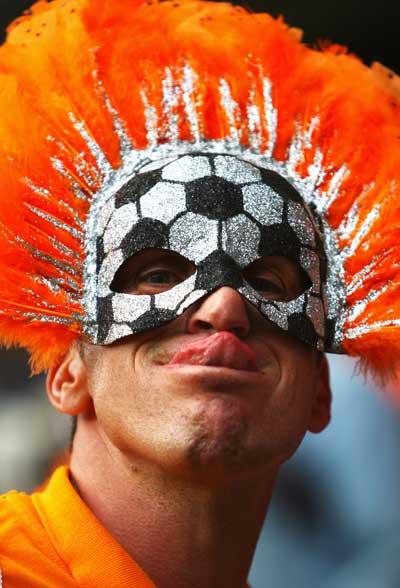 Фанаты футбола из разных стран в боевой раскраске и наряде. Фото:Ian Walton /Getty Images