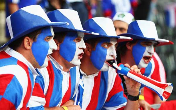 Фанаты футбола из разных стран в боевой раскраске и наряде. Фото: Phil Cole /Getty Images