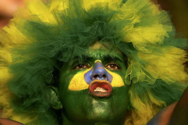 Фанаты футбола из разных стран в боевой раскраске и наряде. Фото: Ben Radford /Getty Images