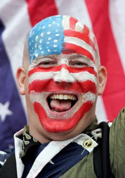 Фанаты футбола из разных стран в боевой раскраске и наряде. Фото: Jonathan Ferrey /Getty Images