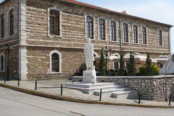 Полигирос. Памятник Аристотелю возле административного здания города. Фото: Сима Петрова/Великая Эпоха