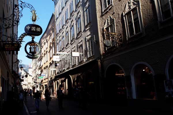 Улица Getreidegasse. Зальцбург – место рождения Моцарта. Фото: Miguel Villagran/Getty Images