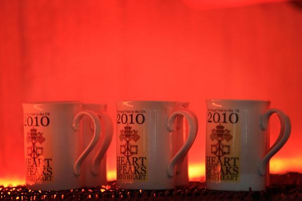 Керамические кружки проходят обжиг в печи. Фото: Christopher Furlong/Getty Images