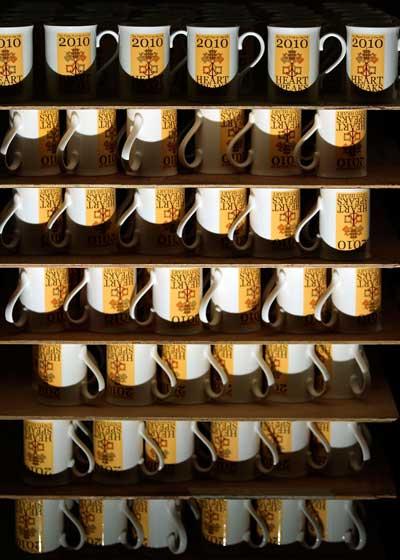 Подарочные кружки подготовлены для обжига в печи. Фото: Christopher Furlong/Getty Images