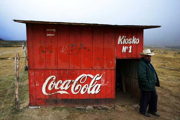Даже на такой высоте в горах можно испить известный напиток . Фото: Brendon Thorne/Getty Images