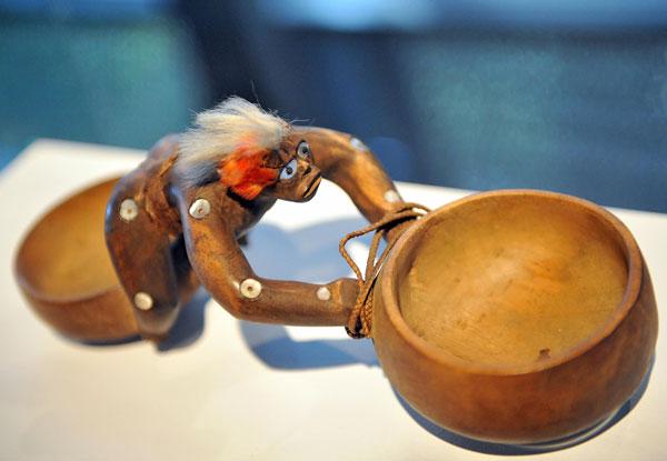 Полинезия. Выставка деревянной скульптуры XVIII-XIX веков с полинезийских островов Rurutu, Куку, Гаити. Фото: MIGUEL MEDINA/AFP/Getty Images