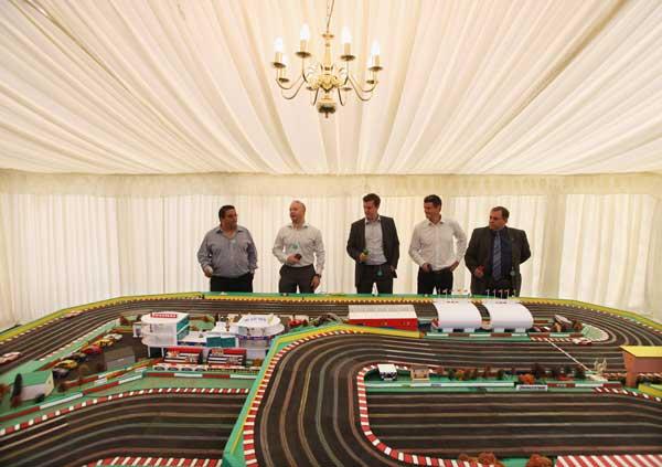 Гости играют в игру scalextric (автомобильные гонки) на «Салоне Приве». Фото: Dan Kitwood/Getty Images