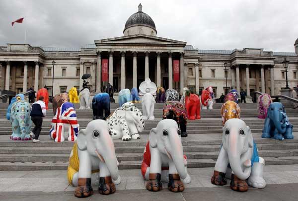 Англия. Разрисованные фигуры слонов, установленные на Трафальгарской площади в Лондоне. Фото: Dan Kitwood/Getty Images