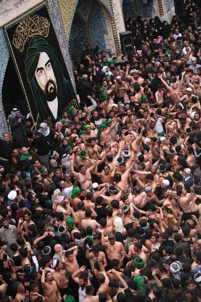 Пакистанские шиитские мусульмане во время религиозной процессии в Каракачи. Фото: MOHAMMED SAWAF/AFP/ Getty Images