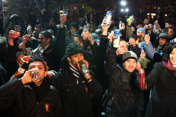 Светская Турция протестует против сокращения продаж пива мусульманским правительством. Фото: ADEM ALTAN/AFP/Getty Images