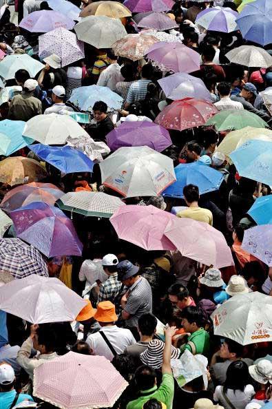 Очередь на кладбище в День Мира в Японии. Фото:  PHILIPPE LOPEZ/AFP/Getty Images