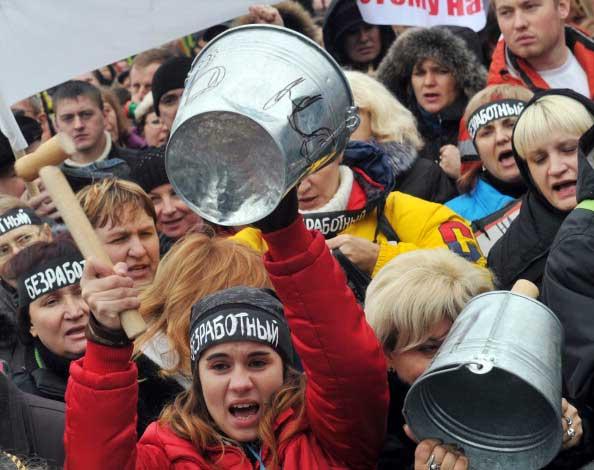 Протестующие против безработицы. Фото: SERGEI SUPINSKY/AFP / Getty Images