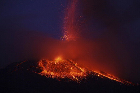 Огненный вулкан Tungurahua в Эквадоре. Фото: RODRIGO BUENDIA/AFP/Getty Images