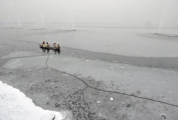 Зимние мотивы. Фото: TAUSEEF MUSTAFA/AFP/Getty Images