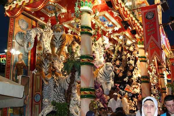 Любую из этих игрушек можно выиграть. «Крангер кирмес» в Германии. Фото: Сима Петрова/Великая Эпоха