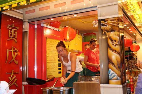 Ларьки с едой. «Крангер кирмес» в Германии. Фото: Сима Петрова/Великая Эпоха