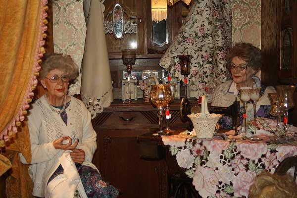 Куклы-вышивальницы. «Крангер кирмес» в Германии. Фото: Сима Петрова/Великая Эпоха