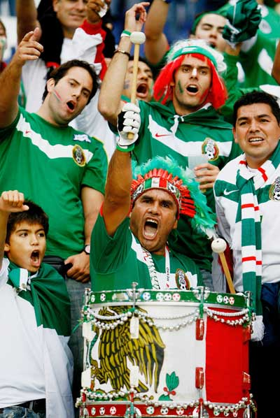 Фанаты футбола из разных стран в боевой раскраске и нарядах. Фото: Clive Mason/Getty Images