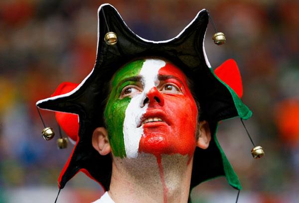 Фанаты футбола из разных стран в боевой раскраске и нарядах. Фото: Shaun Botterill/Getty Images