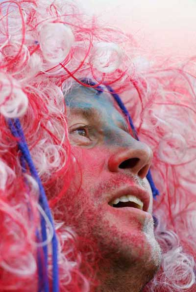 Фанаты футбола разных стран в боевой раскраске и нарядах. Фото: Laurence Griffiths /Getty Images