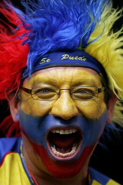 Фанаты футбола из разных стран в боевой раскраске и нарядах. Фото: Laurence Griffiths /Getty Images