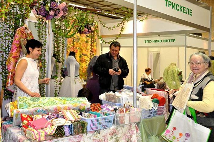 На выставке-продаже лоскутного шитья можно приобрести ткани и аксессуары. Фото:  Ульяна Ким/Великая Эпоха (The Epoch Times)