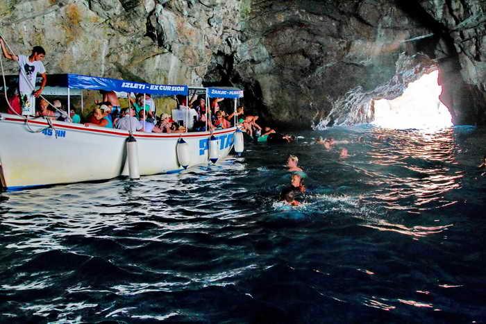 Купание в Голубой пещере. Фото: Сергей Лучезарный/Великая Эпоха (The Epoch Times)