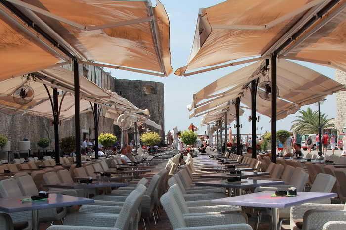 Большой ресторан с около сотней столикой у стен Старого города.Фото: Сергей Лучезарный/Великая Эпоха (The Epoch Times)