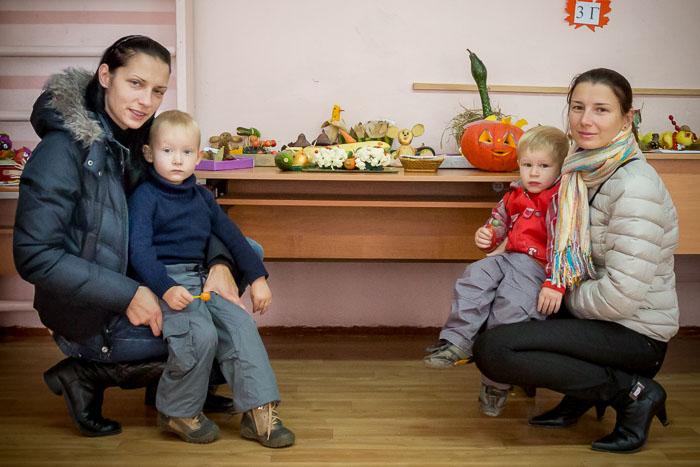 Маленькие посетители выставки с мамами. Выставка