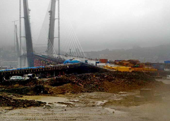 Строительство моста через бухту Золотой Рог во Владивостоке. Фото: Иван Поляков/Великая Эпоха (The Epoch Times)