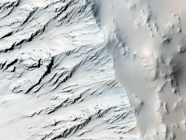 Стенка кратера. На ней хорошо видна геологическая структура почвы. Фото: NASA/JPL/University of Arizona