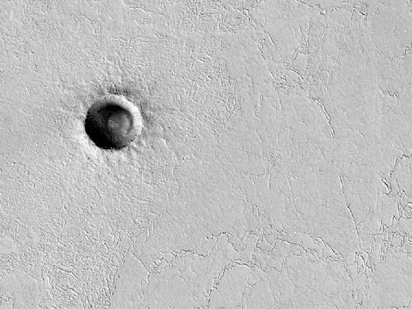 Небольшой и очень аккуратный кратер на равнине в районе экватора. Фото: NASA/JPL/University of Arizona