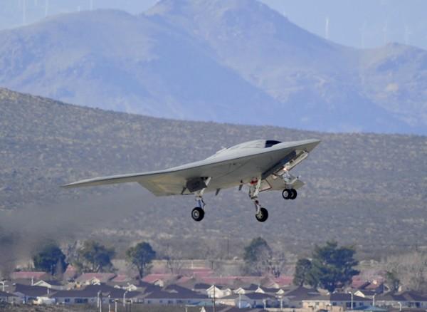 ВМС США в 4 февраля испытали робота-бомбардировщика X-47B. Фото: news.163.com