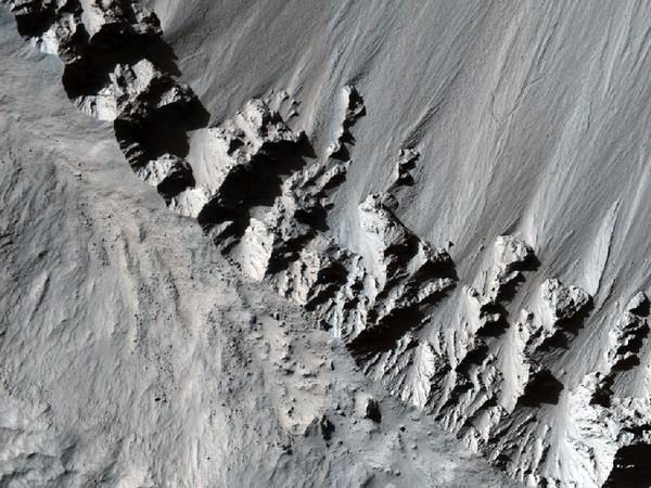 Выброшенная из кратера Граттери материя. Фото: NASA/JPL/University of Arizona
