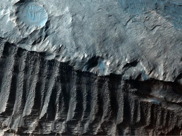 Так выглядят склоны кратеров после того, как над ними поработала эрозия. Фото: NASA/JPL/University of Arizona
