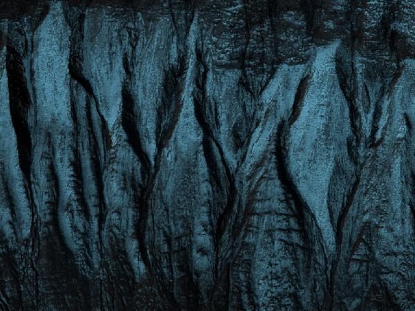 Овраги на склоне одного из кратеров. Похожие образования, по мнению ученых, являются доказательством существования в прошлом на Красной планете жидкой воды. Фото: NASA/JPL/University of Arizona