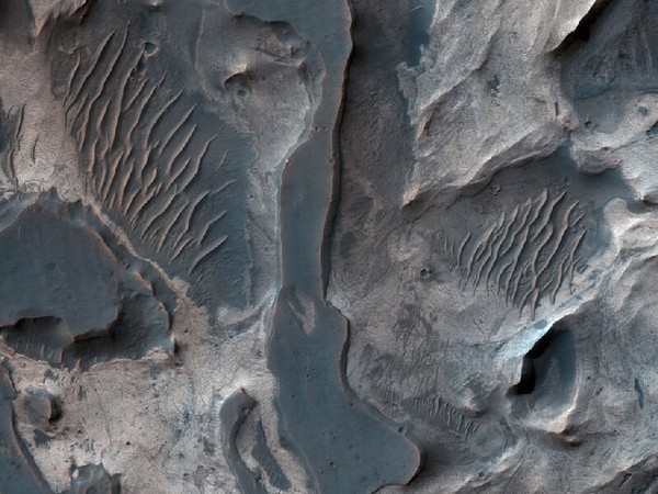 Каменные долины красной планеты. Фото: NASA/JPL/University of Arizona