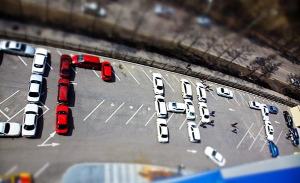 В воскресенье, 25 апреля в 12-00 в Иркутске состоялась необычная акция автолюбителей форума Drom.ru под названием «В ИРКУТСКЕ ДОРОГ НЕТ!». Фото с gazetairkutsk.ru