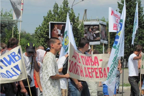 29 июня около 10 часов утра харьковские студенты пикетировали один из крупнейших в Украине пивзаводов. Фото: profsoyuz.kh.ua